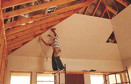 Чем отделать потолок в частном доме своими руками 68